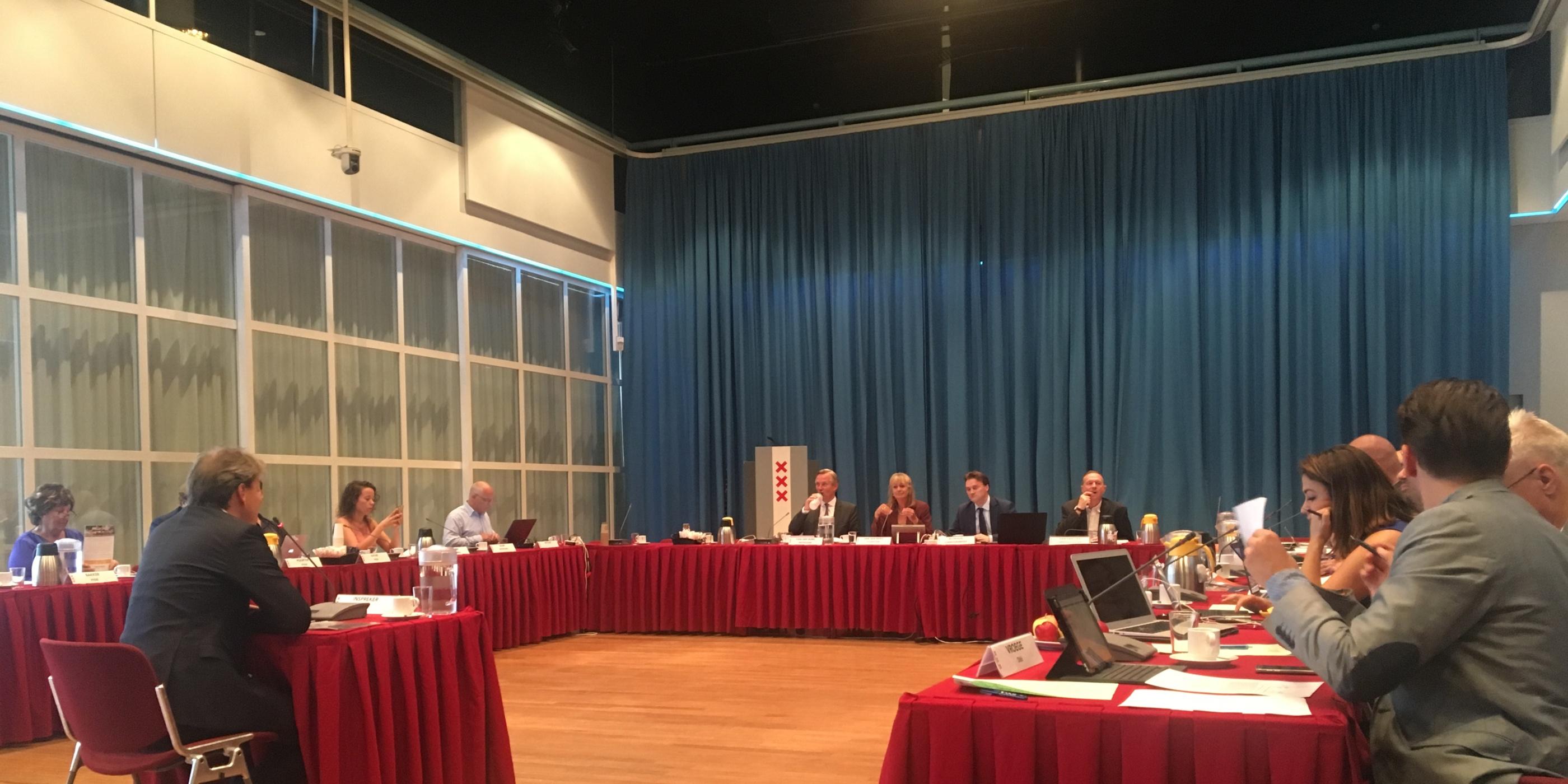 KNHB directeur Erik Gerritsen biedt sport manifest aan in Amsterdam