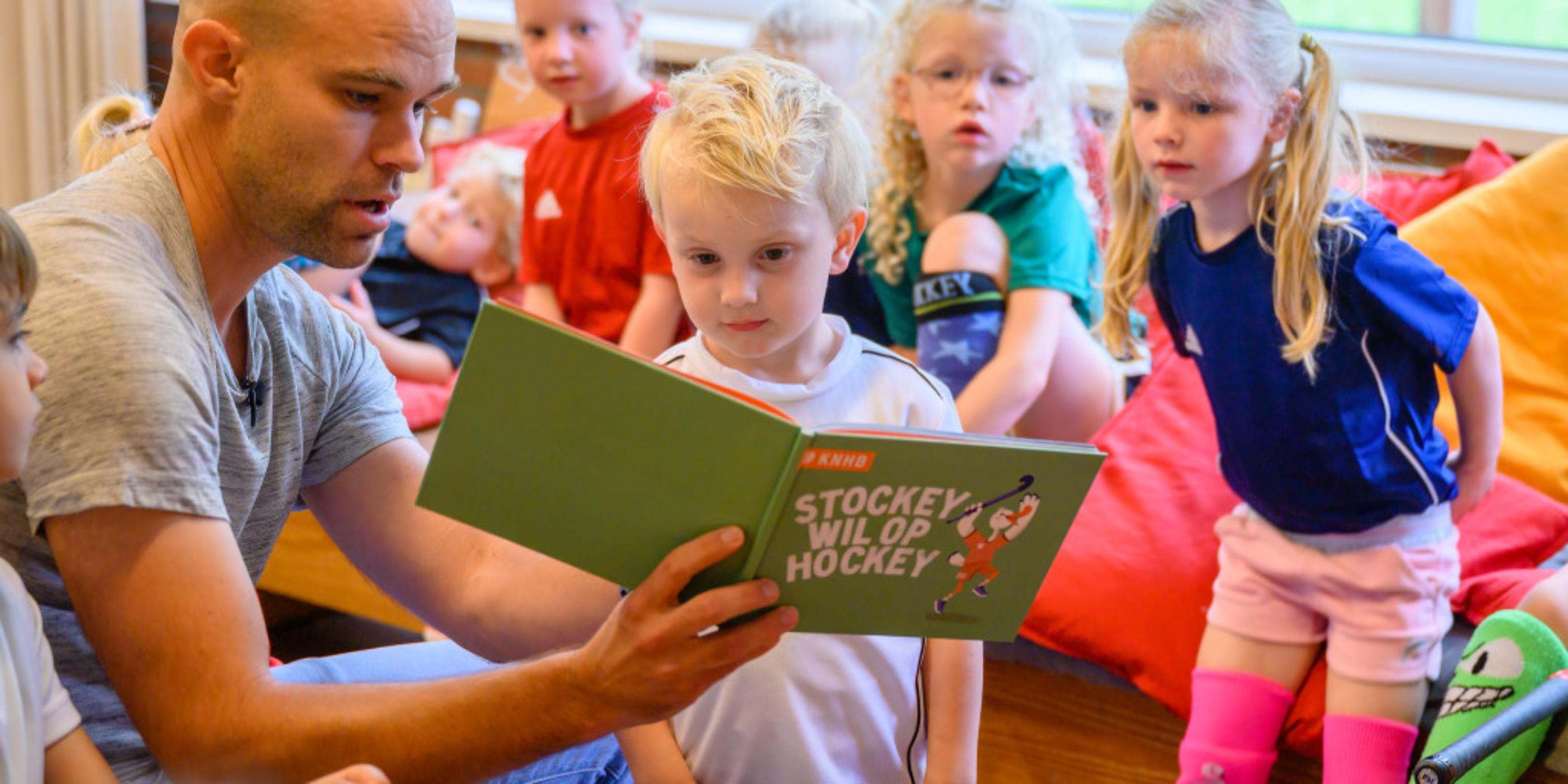Voorleesboekje 'Stockey wil op hockey' stimuleert breed motorisch bewegen